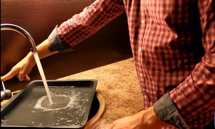 Противень с водой для чистки духового шкафа.