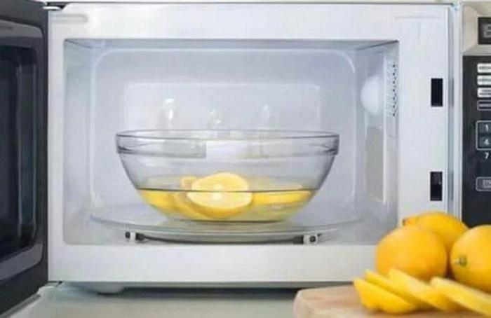 Мытье микроволновки при помощи лимона творит чудеса.