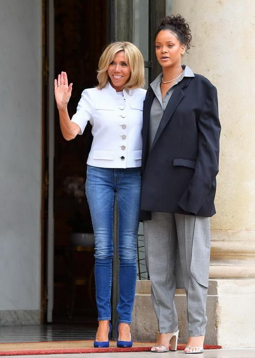 Брижит Макрон в голубых джинсах скинни и белом жакете.