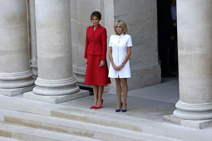 Почему любительница мини-юбок Брижит Макрон отказалась от них в пользу брюк.
