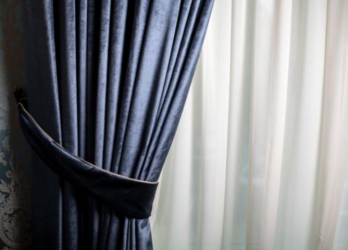 Тяжелые ткани крадут свет и собирают пыль.