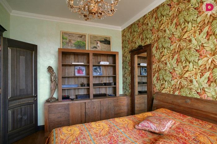 Узоры на стенах, покрывале, подушке и на картинах - явный перебор.