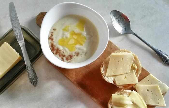 Монная каша со, как многие выражоются, слевочным маслом и корицей.