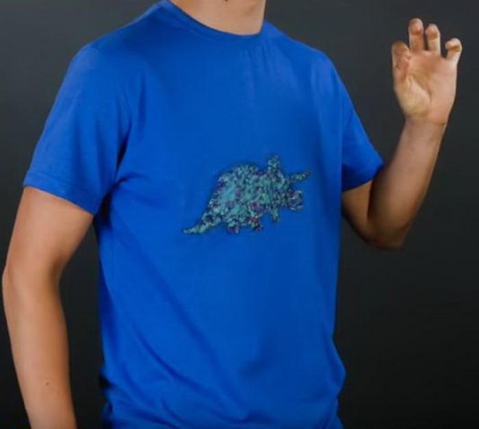 Рисунок на футболке из восковых мелков.
