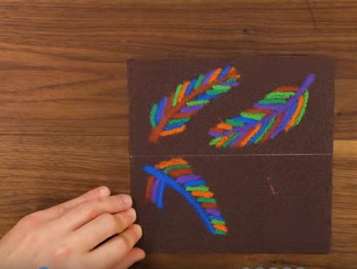 Рисунки мелками на наждачной бумаге.