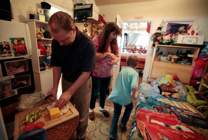 Семья из Лос-Анджелеса вынуждена жить в гараже.