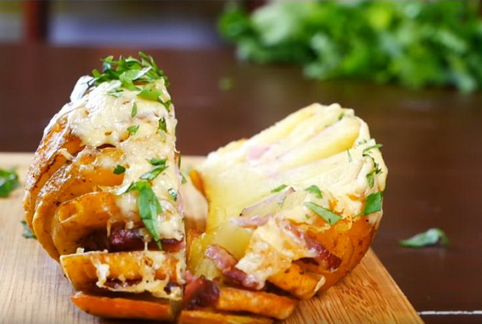 Аппетитный картофель с беконом, приготовленный в микроволновке.