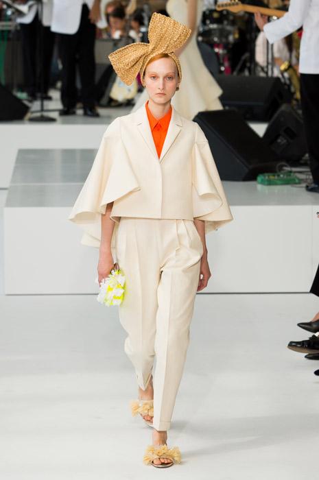 Образ в нежном пастельном тоне, дополненный яркими элементами. Модный дом Delpozo.