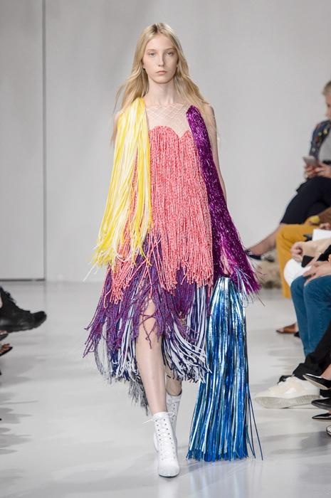 Разноцветное платье из бахромы от Calvin Klein.