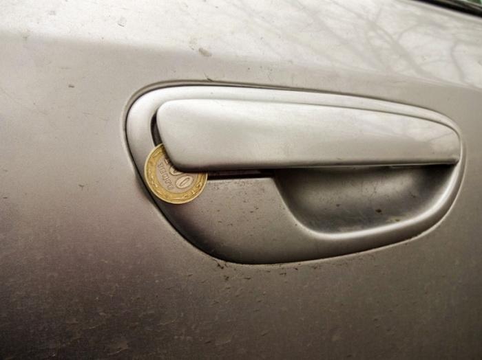 Для чего злоумышленники оставляют монету в двери автомобиля.