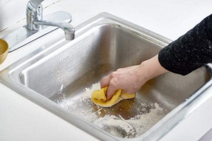 Тщательная полировка раковины с применением муки.