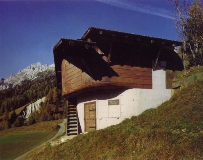 Внешне дома напоминают обыкновенные альпийские шале.
