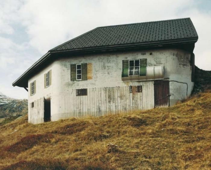 Если внимательно присмотреться, можно заметить, что дома эти не совсем обычные.