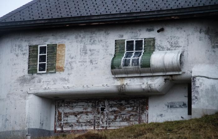 Если внимательно присмотреться, можно увидеть подсказки, которые помогут понять, что это за здание.