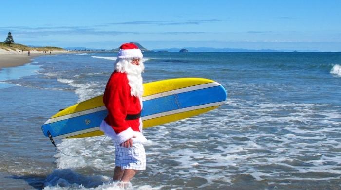 Деду Морозу тоже иногда хочется в теплые края.