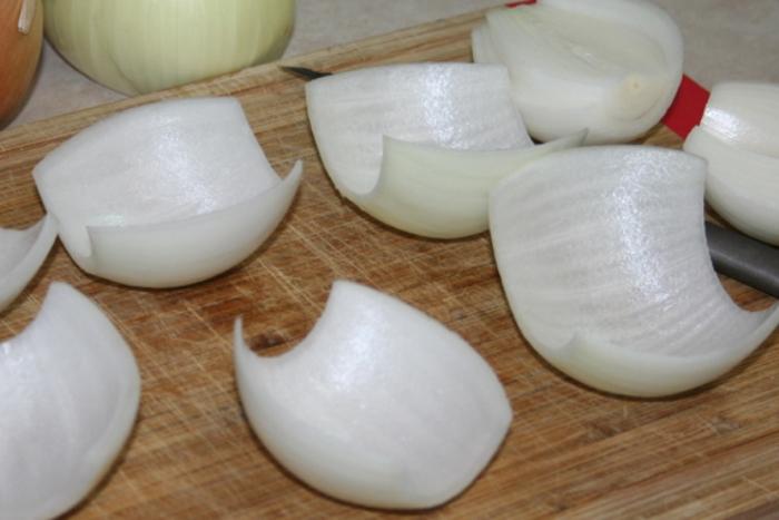 Лук для приготовления мясных шариков.