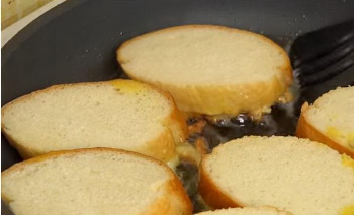 Обжариваем гренки на растительном масле до золотистой корочки.