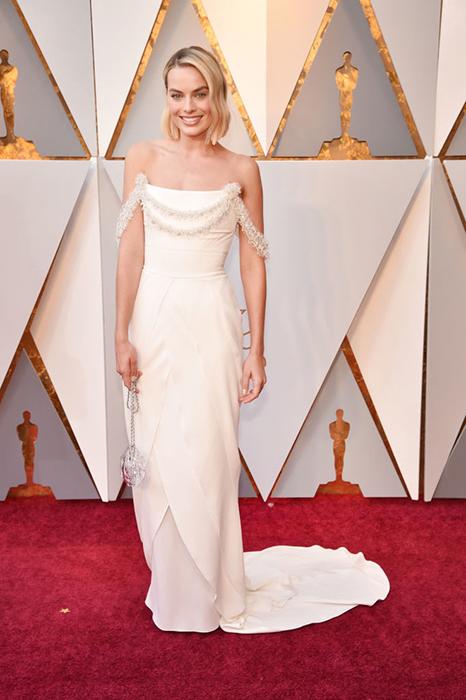 Марго Робби в молочном платье Chanel.