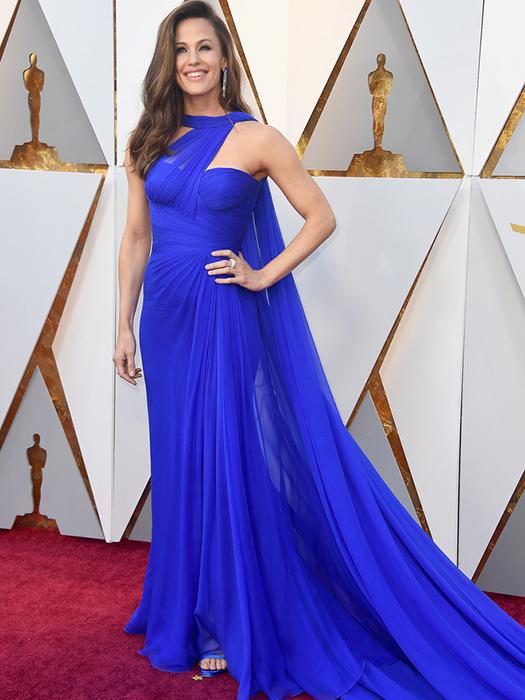 Дженнифер Гарнер в синем платье Versace.