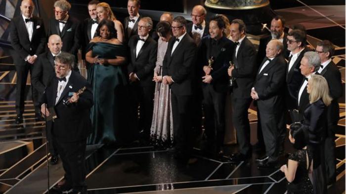 Церемония вручения премии команде фильма *Форма воды*. Режиссер Гильермо дель Торо.