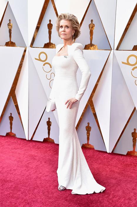 Джейн Фонда в белоснежном платье от Balmain.