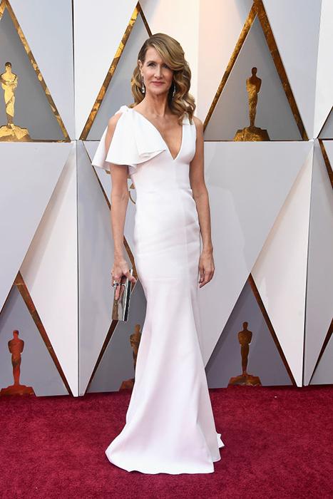 Лора Дерн в белоснежном платье от Calvin Klein.