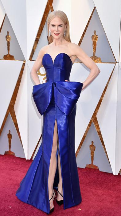 Николь Кидман в синем платье от Armani.