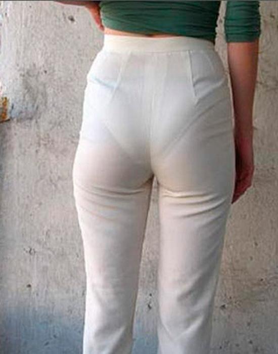 Слишком тонкие белые брюки.
