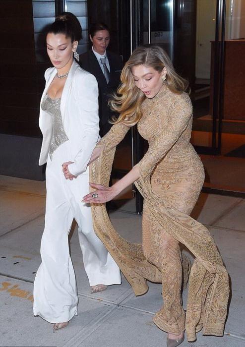 В подоле длинного платья так легко запутаться.