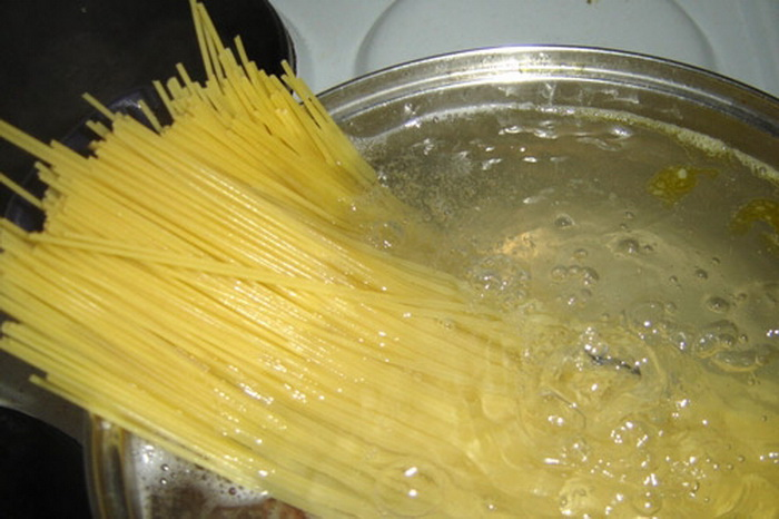 Как сварить макароны так, чтобы они не слиплись и не разварились.