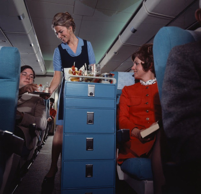 Стюардесса разносит коктейли.