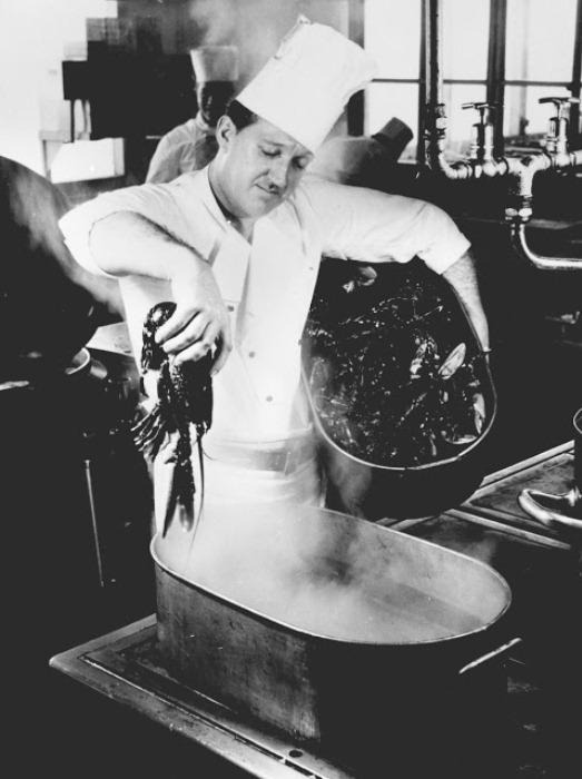 Шеф-повар готовит омаров.