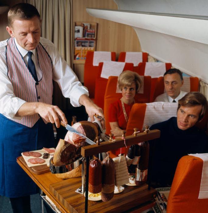 Пассажирам подают мясные закуски.