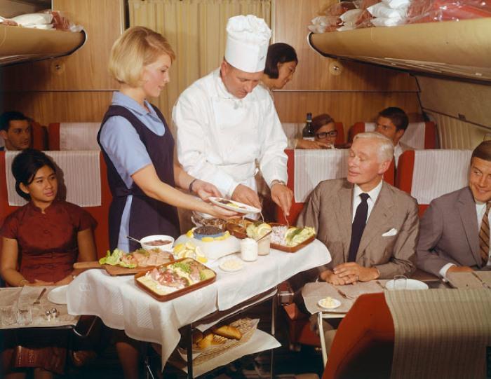 Роскошная еда на борту самолета.
