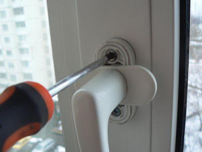 Чтобы разблокировать окно, возможно, придется снять ручку.