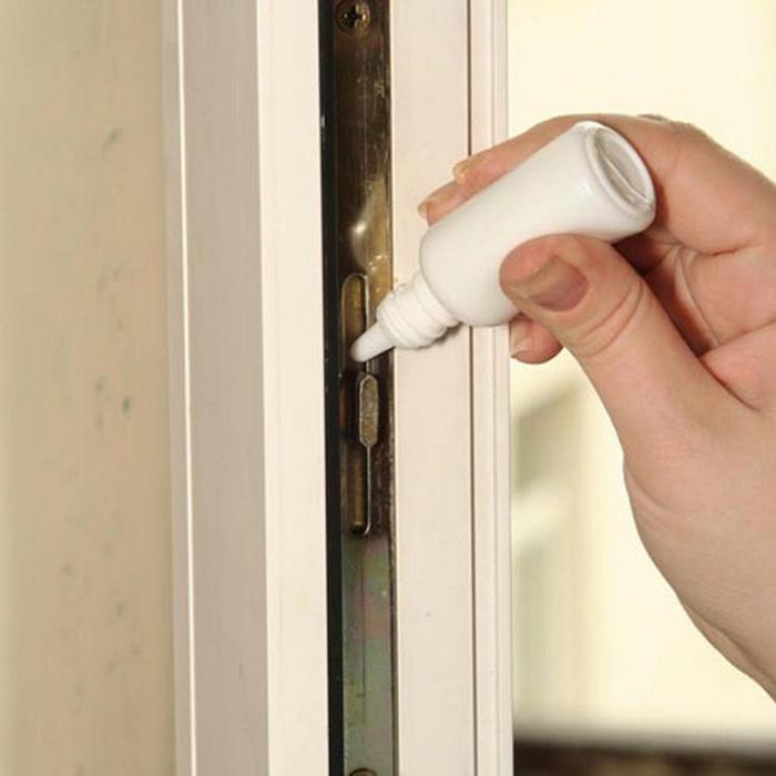 Механизм пластиковых окон нужно смазывать раз в год машинным или силиконовым маслом.