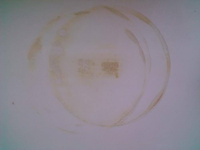 Пластиковый подоконник пострадал от того, что на него поставили горячий предмет.