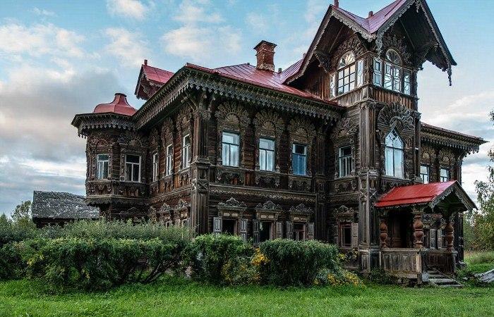 Деревянный терем в русской деревне Погорелово.