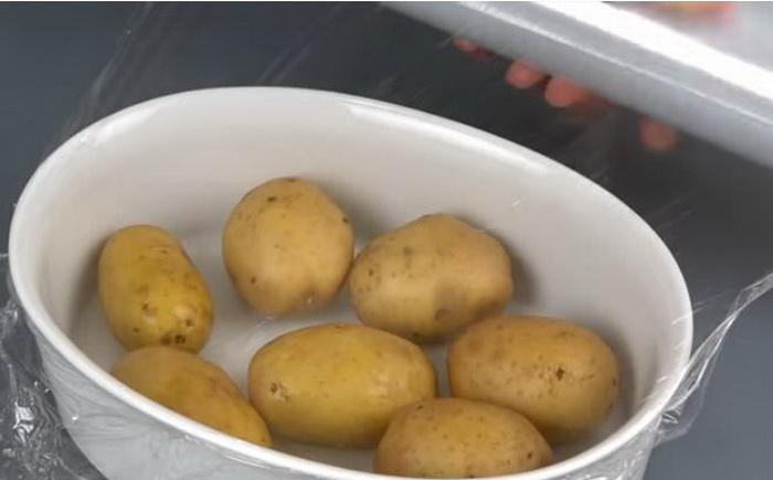Как приготовить картофель в микроволновке.