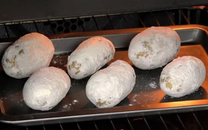 Картофель печется в духовке.
