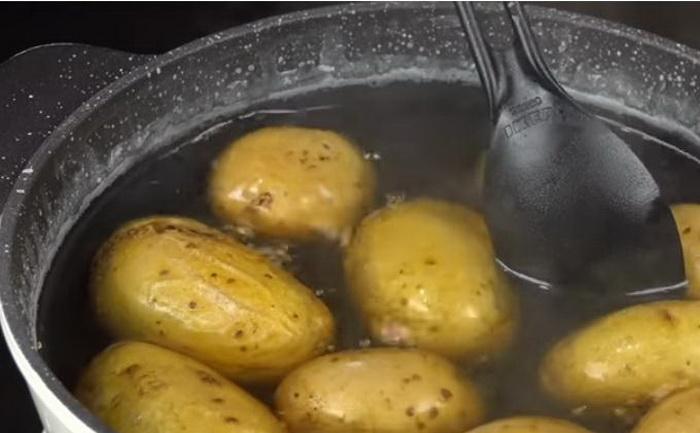 Картофель варится в соленой воде.
