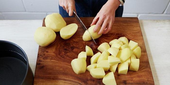 Картофель, порезанный на куски, измельчите в блендере.