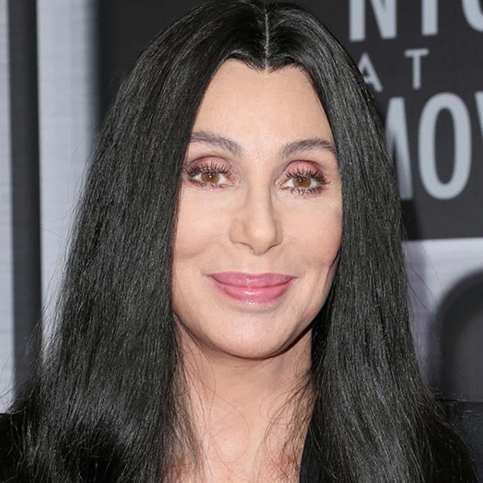 Длинные волосы с прямым пробором визуально делают лицо осунувшимся.