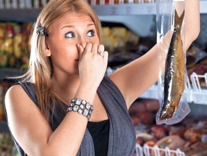Нельзя пробовать продукты, в свежести которых вы сомневаетесь.