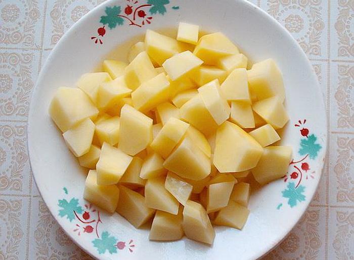Мелкие кубики картофеля при варке впитывают слишком много жидкости.