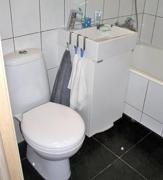 Черная кафельная плитка на полу в ванной.