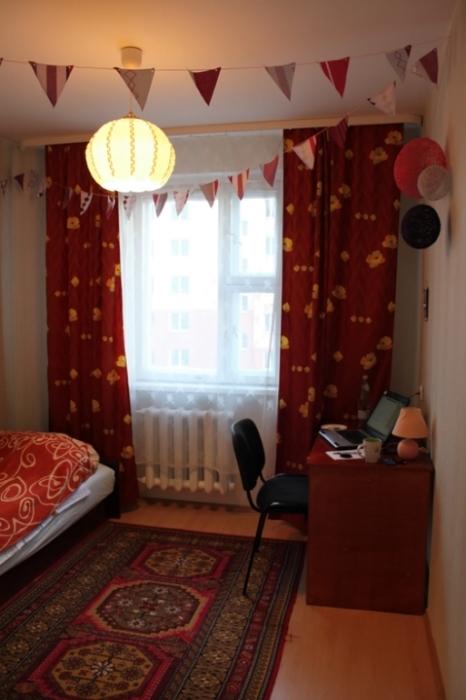 Самодельные гирлянды украсят комнату.