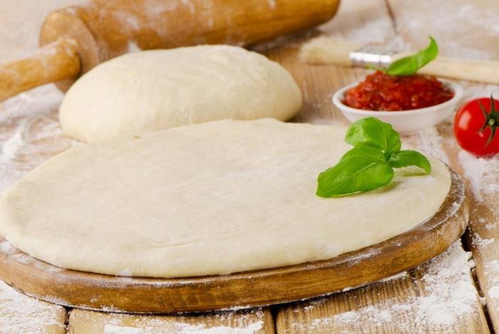 Воду можно добавить в тесто при приготовлении хлеба или пиццы.