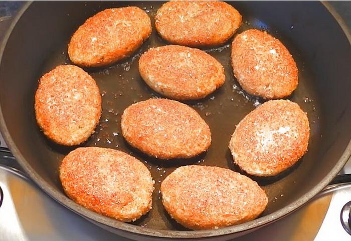Обжариваем рыбные котлеты на сковороде на растительном масле.