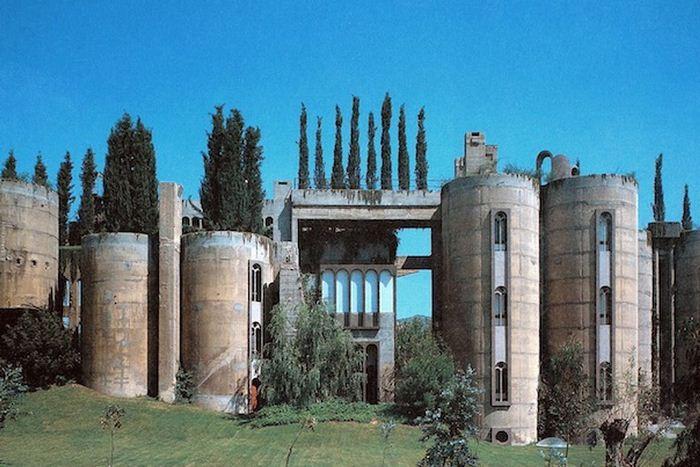 Архитектор Рикардо Бофилл превратил заброшенный цементный завод в роскошный особняк.